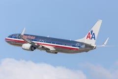 American Airlines Boeing 737-800 som tar av från Los Angeles den internationella flygplatsen Arkivfoto