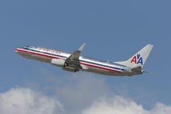 American Airlines Boeing 737 som tar av från Los Angeles den internationella flygplatsen Royaltyfri Fotografi