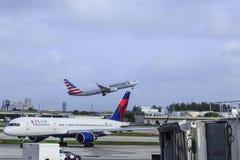 American Airlines che decolla sopra il delta fotografie stock libere da diritti