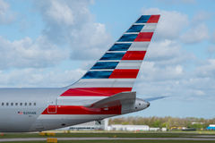 American Airlines coupent la queue Images stock