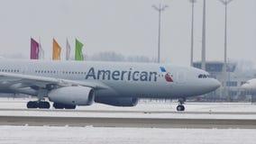 American Airlines en el aeropuerto de Munich, nieve metrajes