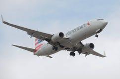 American Airlines-Flugzeug-Landung am Himmel-Hafen-Flughafen Stockfotografie