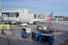 American Airlines-Flugzeuge geparkt an internationalem Flughafen Miamis Lizenzfreie Stockfotos