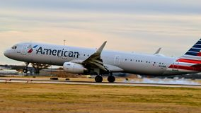 American Airlines flygbuss A321 som in kommer för en landning arkivbilder