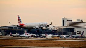 American Airlines flygbussflygplan som in kommer för en landning fotografering för bildbyråer