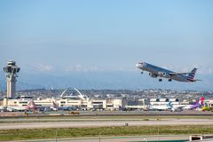 American Airlines Jet Takes Off à l'aéroport international LAX de Los Angeles Photo libre de droits