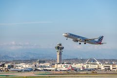 American Airlines Jet Takes Off à l'aéroport international LAX de Los Angeles Photo stock