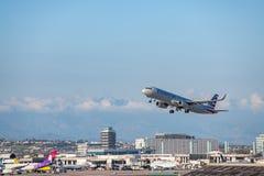 American Airlines Jet Takes Off på den SLAPPA Los Angeles internationella flygplatsen Fotografering för Bildbyråer