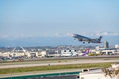 American Airlines Jet Takes Off på den SLAPPA Los Angeles internationella flygplatsen Arkivfoto