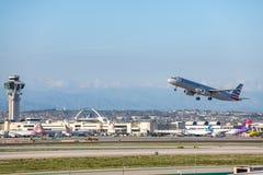 American Airlines Jet Takes Off på den SLAPPA Los Angeles internationella flygplatsen Royaltyfri Foto