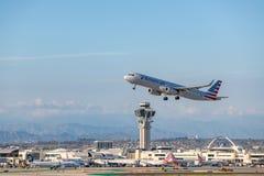 American Airlines Jet Takes Off på den SLAPPA Los Angeles internationella flygplatsen Arkivbild