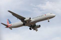 American Airlines le faisant est approche finale à l'aéroport de port de ciel Images libres de droits