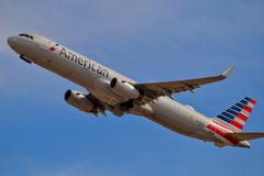 American Airlines-Luchtbus A321 het opstijgen royalty-vrije stock foto