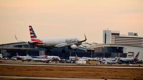 American Airlines-Luchtbusvliegtuig die binnen voor het landen komen stock afbeelding