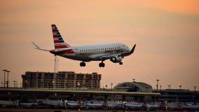 American Airlines-Luchtbusvliegtuig die binnen voor het landen komen stock foto's