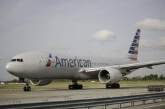 American Airlines nivå som tar av från JFK-flygplats Arkivfoton