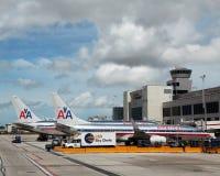 American Airlines nivåer på Miami den internationella flygplatsen Arkivbilder
