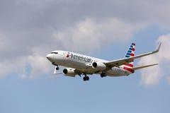 American Airlines ny målarfärgintrig 737-800 som landar Royaltyfri Foto