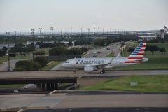 American Airlines på Dallas-fort den värda internationella flygplatsen i Texas Arkivbild