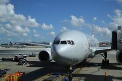 American Airlines planieren auf Asphalt an internationalem Flughafen Miamis Stockfoto