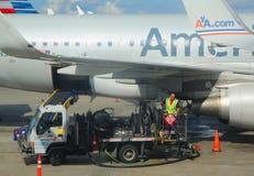 American Airlines pracownika refueling samolot przy Miami lotniskiem międzynarodowym Obraz Royalty Free