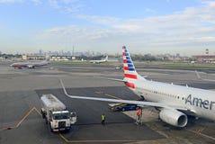 American Airlines samolot przy terminal, Miasto Nowy Jork Obrazy Stock