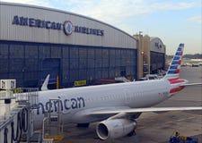 American Airlines samolot przy terminal, Miasto Nowy Jork Obraz Royalty Free