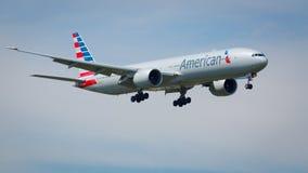 American Airlines som är flygplan 777-300 Arkivbilder