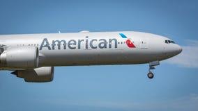 American Airlines som är flygplan 777-300 Royaltyfria Foton