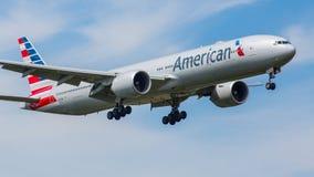 American Airlines som är flygplan 777-300 Arkivbild
