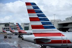 American Airlines strålflygplan parkeras på de slutliga portarna, medan förbereda sig för avvikelser arkivfoton