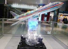 American Airlines surfacent le modèle dans le terminal d'aéroport de JFK 8 à New York Images libres de droits