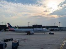 American Airlines-vliegtuig die bij de vluchteling met het plaatsen van zon taxi?en stock fotografie