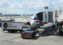 American Airlines-vliegtuig op tarmac bij de Internationale Luchthaven van Miami stock foto