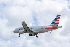 American Airlines-vliegtuigenluchtbus 319 die N714US bij SXM voorbereidingen treffen te landen royalty-vrije stock afbeelding