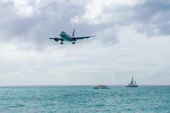 American Airlines-vliegtuigenluchtbus 319 die voorbereidingen treft te landen stock afbeeldingen
