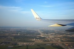 American- Airlinesflugzeug über Dallas Lizenzfreie Stockbilder