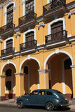 American car and colonial architecture in Havana Royalty Free Stock Photos