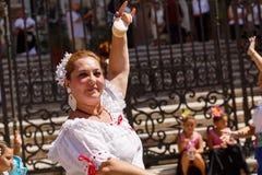 A American National Standard do flamenko da dança das mulheres canta perto da catedral de Malaga no feriado da cidade da Virgem M Imagem de Stock Royalty Free