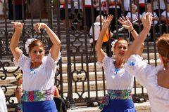 A American National Standard do flamenko da dança das mulheres canta perto da catedral de Malaga no feriado da cidade da Virgem M Foto de Stock Royalty Free