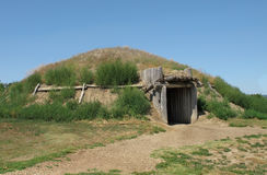 American plains Indian earth house. Re-creation of an earth lodge house or dwelling used by the American northern plains Indians, especially the Sioux tribes Stock Photos
