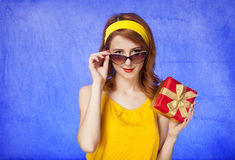 American redhead girl in sunglasses with gift. Royalty Free Stock Images