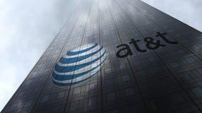 American Telephone y logotipo de Telegraph Company AT&T en las nubes reflectoras de una fachada del rascacielos Representación ed Fotografía de archivo libre de regalías