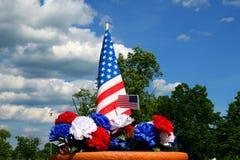 Americanapatriotismus - Markierungsfahne und Gartennelken Stockfoto