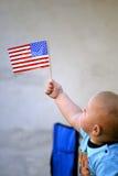 americanen behandla som ett barn flaggaholdingen Royaltyfri Fotografi