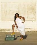 Americano africano com mala de viagem Fotografia de Stock Royalty Free