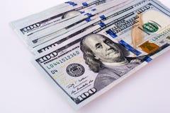 Americano 100 banconote del dollaro disposte su fondo bianco Immagini Stock