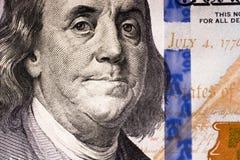 Americano 100 banconote del dollaro disposte su fondo bianco Fotografie Stock Libere da Diritti