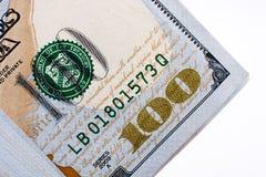 Americano 100 banconote del dollaro disposte su fondo bianco Fotografia Stock Libera da Diritti
