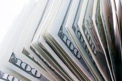 Americano 100 banconote del dollaro disposte su fondo bianco Fotografia Stock